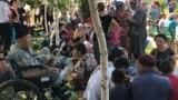 Вывезенные из Арыси люди на территории мечети. Шымкент, 25 июня 2019 года.