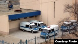 """У здания, в котором проходил суд по делу о событиях в Жанаозене. Актау, 27 марта 2012 года. Фото предоставлено сайтом """"Лада.кз""""."""