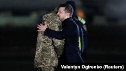 Ուկրաինա - Նախագահ Վլադիմիր Զելենսկին Կիևի «Բորիսպոլ» օդանավակայանում ողջունում է ազատագրվածներին, 29-ը դեկտեմբերի, 2019թ.