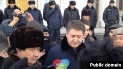Активисты у здания акимата города Алматы требуют встречи с акимом Ахметжаном Есимовым. 13 февраля 2014 года.