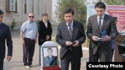 Прощание с убитым охотинспектором Канышем Нуртазиновым. Власти приехали на похороны, чтобы передать орден семье погибшего. Карагандинская область, июль 2019 года