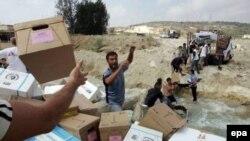 Мосты через Литани разрушены, и лекарства для беженцев представителям международных гуманитарных служб приходится переправлять вручную