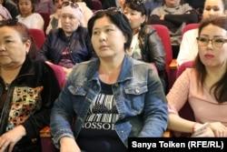 Жатақхана күтушісі Раушан Бисекенова (ортада) компания басшыларымен кездесуде отыр. 10 мамыр 2018 жыл.