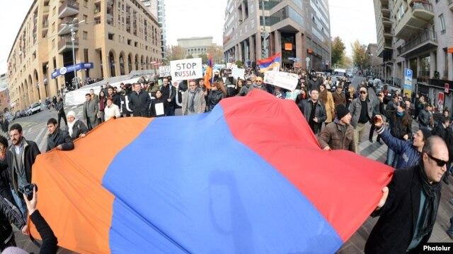 Armenia - Hundreds of people demonstrate in Yerevan against Russian President Vladimir Putin's visit, 2Dec2013.