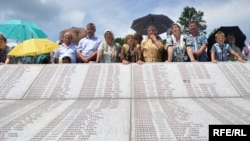 Emrat e viktimave të Masakrës së Srebrenicës. Potoçari, korrik 2010.