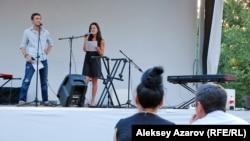 Поэт из Алматы Павел Банников и американская поэтесса Мишель Чен Браун открывают поэтический фестиваль. Алматы, 5 августа 2015 года.