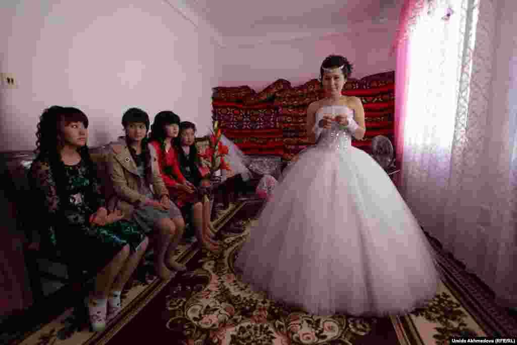 Подруги Аякоз прощаются с ней перед ее отъездом в дом жениха.