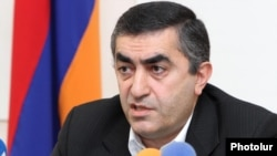 Armenia - Armen Rustamian, a leader of the opposition Armenian Revolutionary Federation, at a news conference.