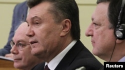 Президент України Віктор Янукович, голова Європейської комісії Жозе Мануель Баррозу (праворуч), голова Європейської ради Герман Ван Ромпей (ліворуч) у Києві, 19 грудня 2011 року