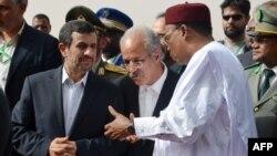 Նիգեր -- Իրանի նախագահ Մահմուդ Ահմադինեժադը (ձ) զրուցում է Նիգերի նախագահի (աջ) հետ, 15 ապրիլի, 2013
