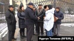 Жеке күзет фирмасының жұмысшылары жалақысын даулап тұр. Алматы, 21 желтоқсан 2017 жыл.