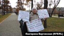 Участница пикета в память о жертвах политических репрессий в Иркутске