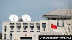 У здания посольства Китая в Бишкеке.