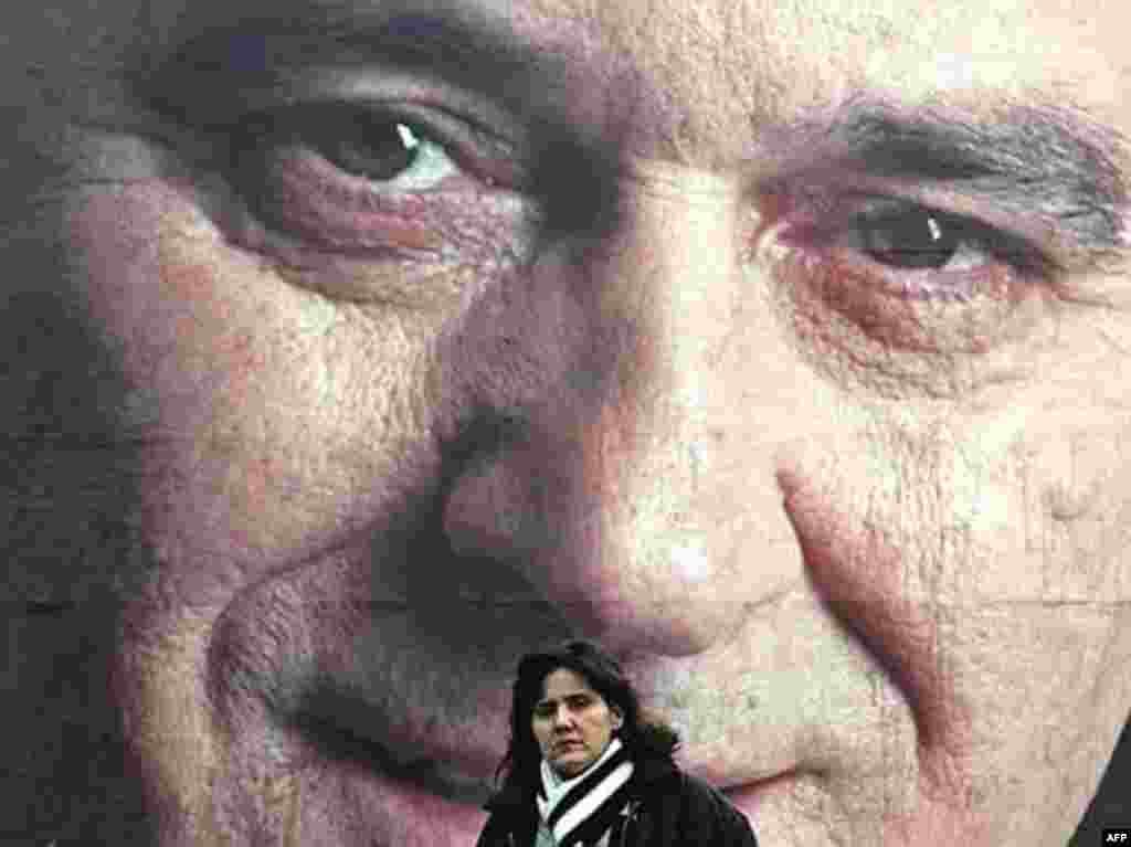 SERBIA, BELGRADE : A Serb woman pases by pre-election posters showing Serbian ultranationalist Radical Party acting leader Tomislav Nikolic in Belgrade, 13 January 2008