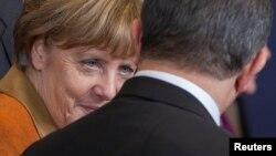Ангела Меркель беседует с Ахметом Давутоглу