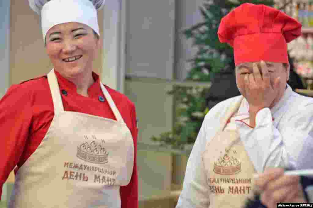 На всех поварах были фартуки с названием кулинарного праздника.