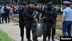Арнайы жасақ Астана алаңында наразылыққа шыққан тұрғынды ұстаған сәт. Алматы, 9 маусым 2019 жыл.