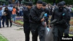 Сотрудники полицейского спецназа задерживают участников антиправительственного митинга в день президентских выборов. Алматы, 9 июня 2019 года.