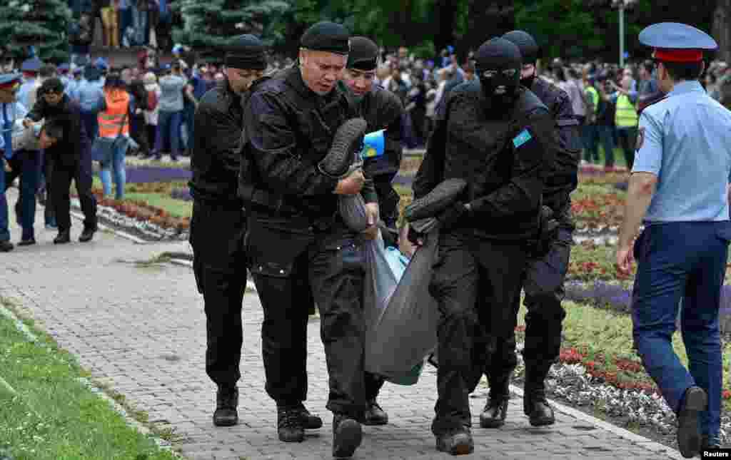 """Момент задержания людей на площади """"Астана"""". Алматы, 9 июня 2019 года."""