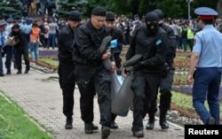 Полиция арнайы жасағы кезектен тыс президент сайлауы күні үкіметке қарсы шеруге шыққан азаматтарды ұстап, әкетіп жатыр. Алматы, 9 маусым 2019 жыл.