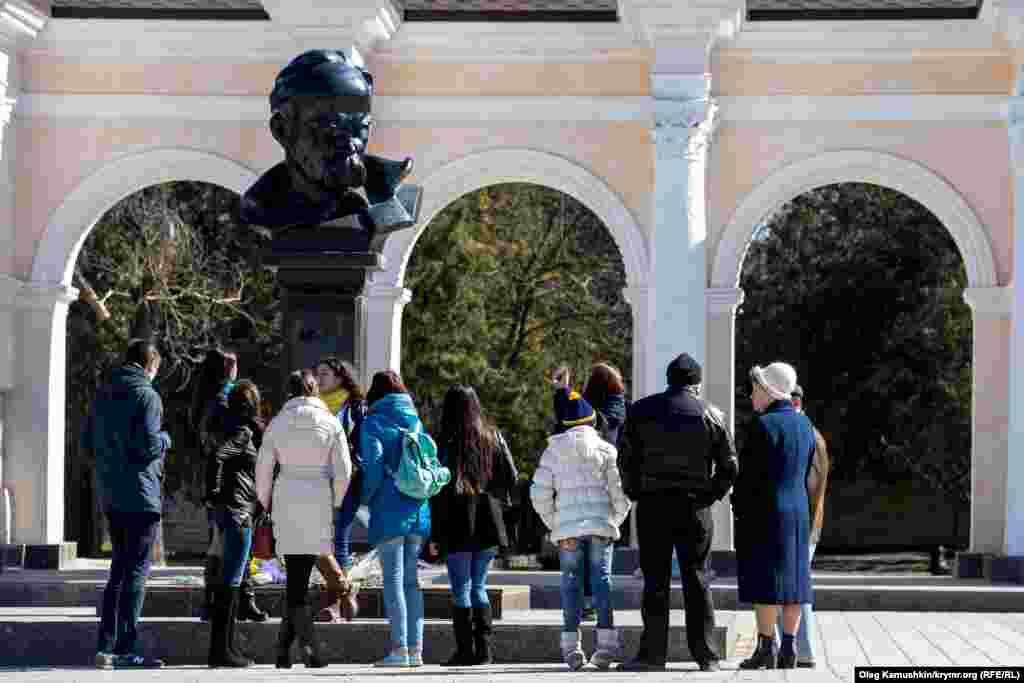 Молодь прийшла покласти квіти до пам'ятника Шевченку в Сімферополі