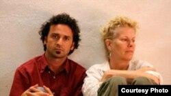 """Аннет Хеннеман (справа) во время одного из спектаклей """"Скрытого театра"""""""