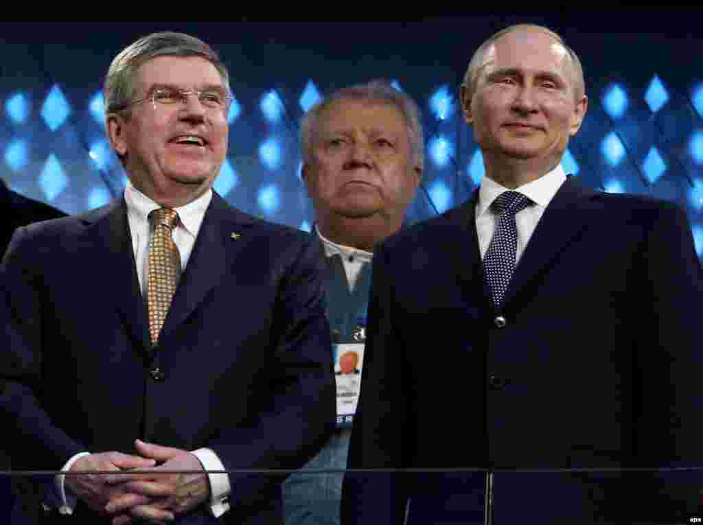 Russian President Vladimir Putin and IOC President Thomas Bach watch the ceremony. (EPA/Tatyana Zenkovich)