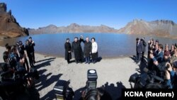 Лидер Северной Кореи Ким Чен Ын и президент Южной Кореи Мун Чжэ Ин на горе Пэкту, 21 сентября 2018 года.