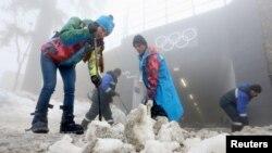 Жұмысшылар қарды таптап жүр. Сочи, 17 ақпан 2014 жыл.