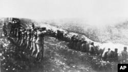 Немецкие солдаты расстреливают советских мирных жителей, Бабий Яр, 1942