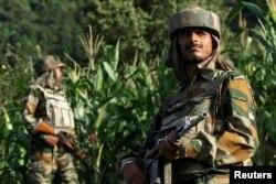 Индийские солдаты в Кашмире, вблизи спорной границы с Пакистаном
