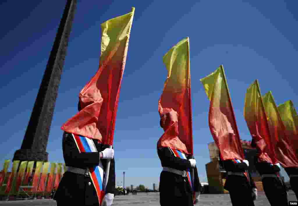 Россиялъул рагъулал курсантал бергьенлъиялъул парадалда гIахьаллъулел руго. (TASS/Stanislav Krasilnikov)