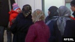 """""""Хизб-ут Тахрирге"""" мүчө деп соттолуп жаткандардын жакындары Ош облустук сотунун алдында турушат. 21-ноябрь, 2008"""