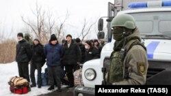 Un militar al separatiștilor din Donbass în timpul unui schimb de prizonieri. Regiunea Luhansk, 7 februarie 2019