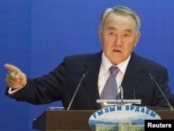 Президент Нурсултан Назарбаев выступает в Академии наук. Алматы, 1 декабря 2011 года.