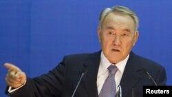 Президент Казахстана Нурсултан Назарбаев выступает на форуме ученых. Алматы, 1 декабря 2011 года.
