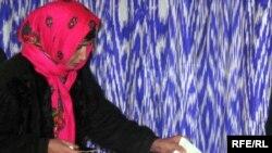 Тәжік сайлаушысы дауыс беріп жатыр. Душанбе, 28 ақпан 2010 жыл.