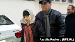 Лейла Юнус после освобождения из тюрьмы. Рядом с ней — супруг Ариф Юнус. Баку, декабрь 2015 года.