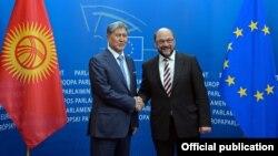 Алмазбек Атамбаев жана Европарламенттин мурдагы төрагасы Мартин Шульц, Брюссел, 2015-жылдын март айы.