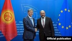 Кыргызстандын президенти Алмазбек Атамбаев жана Европа парламентинин төрагасы Мартин Шульц. Брюссель, 27-март, 2015-жыл