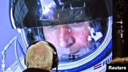 Скайдайвер Феликс Баумгартнер на экране контрольного центра во время миссии. Розвел, Нью-Мексико, 14 октября 2012 года.
