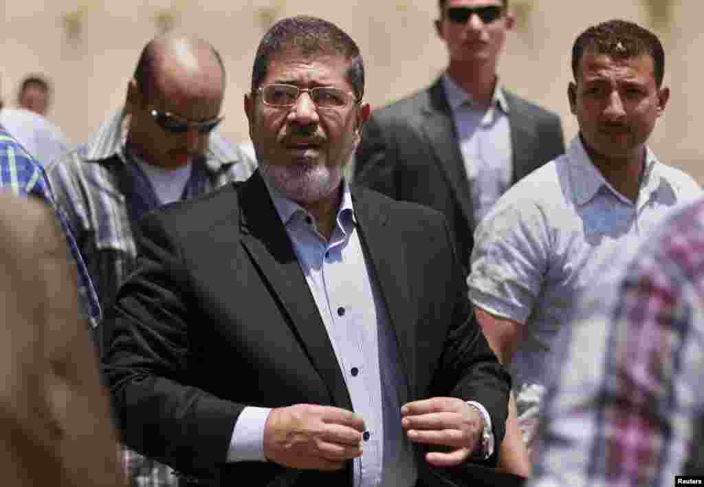 Сайлау нәтижесі жарияланудан екі күн бұрын. Кандидат Мохаммед Мурси жұма намазына келді. Каир, 22 маусым 2012 жыл