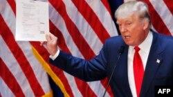 Donald Trump 2016-cı ilin prezident seçkisində iştirak edəcəyinə dair elanı nümayiş etdirir. Nyu York 16 iyun 2015