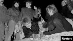 9 noyabr 1989. Berlinlilər divarı sökməyə çalışrılar