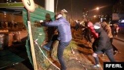 Активісти розгромили АЗС на вулиці Ревуцького у Києві, 4 жовтня 2017 року