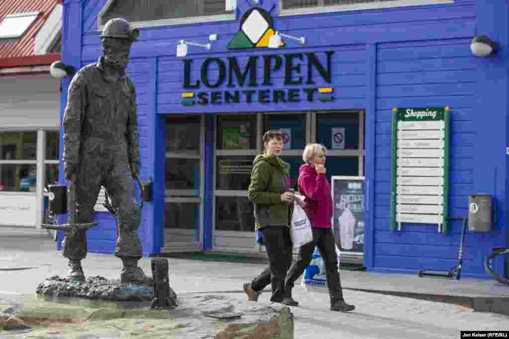 О шахтерском прошлом Лонгйира напоминает разве что скульптура в центре города. Хотя Норвегия и продолжает добывать уголь на Шпицбергене, она старается избавиться от наследия госмонополии.