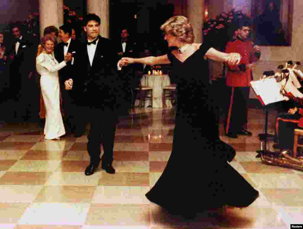 Принцеса Діана у вечірній сукні від Віктора Едельштейна танцює з американським актором Джоном Траволтою у Білому домі у Вашингтоні 9 листопада 1985 року.