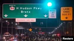 Нью-Йорктогу түнкү демонстрация. 3-декабрь, 2014-жыл.