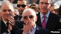 """Charles Aznavour la Erevan, Armenia, în timpul Festivalului """"Caisa de Aur"""" din 2013"""