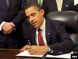 Барак Обама Гуантанамо боюнча жардыкка кол коюп жаткан кези.